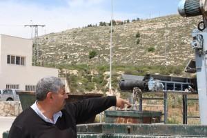 Nayed Tomaleh visar reningsverket. Ovanför ligger de israeliska bosättningarna.